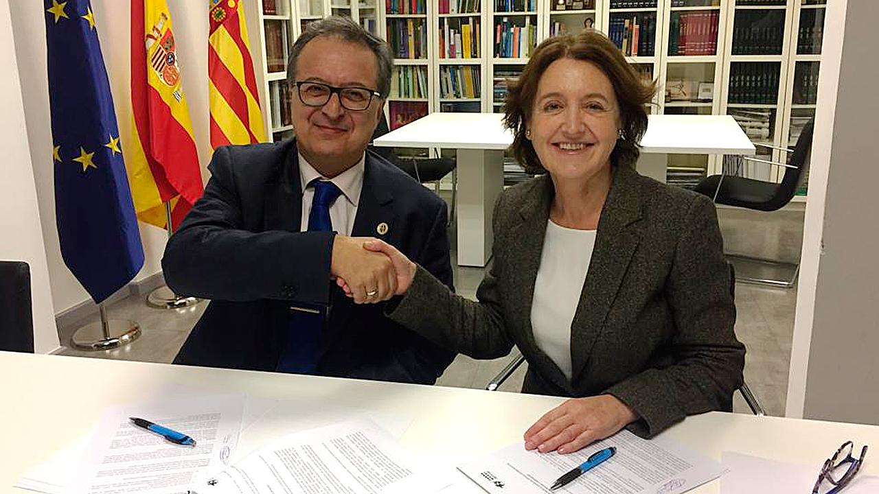 Andrés Gené Sampedro, presidente del Colegio de Ópticos-Optometristas de la Comunidad Valenciana, y Carmen Luisa Trullenque, delegada de Farmamundi en Valencia, tras la firma del acuerdo.