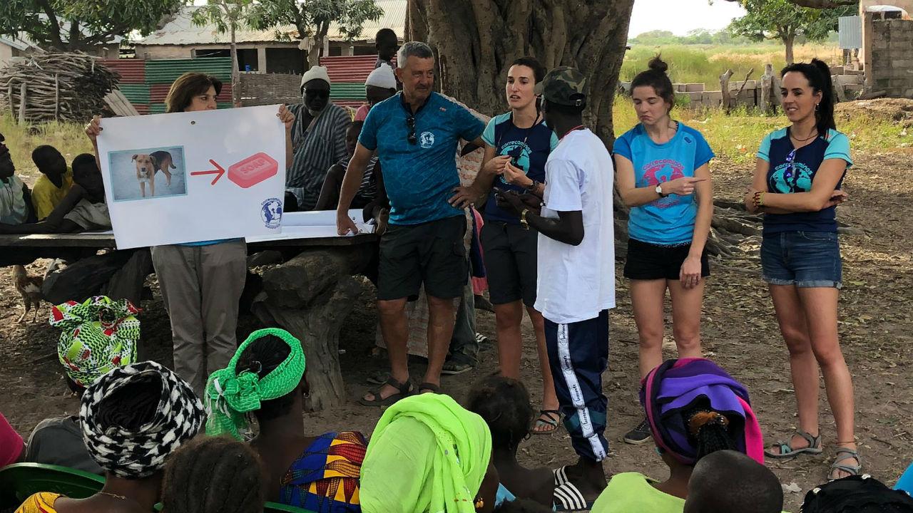 Una de las charlas sobre higiene y salud dirigida a los vecinos de una aldea de Gambia e impartida por dos médicos y una enfermera de la ONG Correcaminos solidarios .