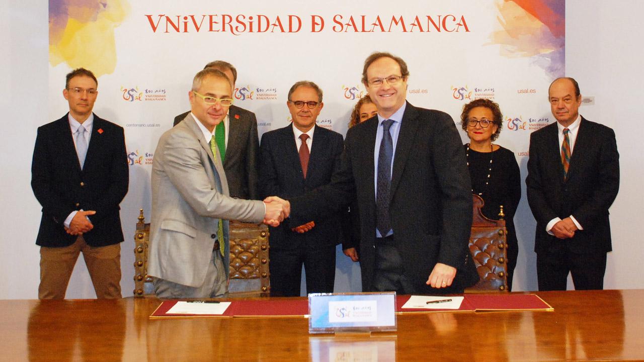 Ricardo Rivero, rector de la USAL, y Jesús C. Gómez, presidente de Sefac (ambos en primer plano), durante la firma del acuerdo marco de colaboración.
