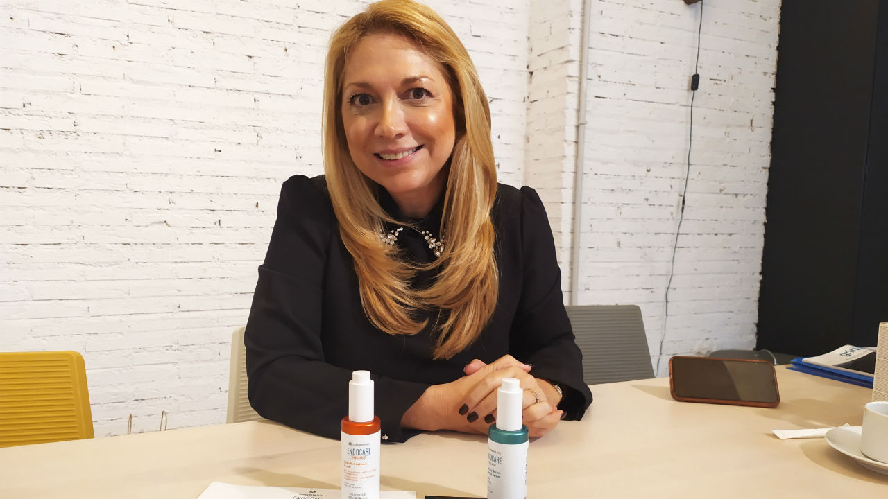 María Vitale, directora médica de Cantabria Labs, con los últimos lanzamientos de la compañía.