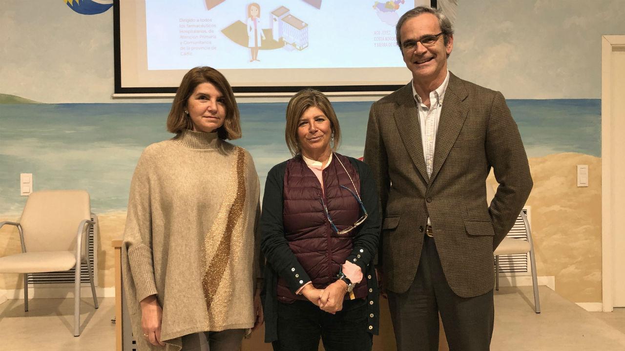 La directora-gerente del Hospital de Jerez, María José Cano; la delegada territorial de Salud y Familias, Mª Isabel Paredes; y el presidente del Colegio de Farmacéuticos de Cádiz, Ernesto Cervilla.