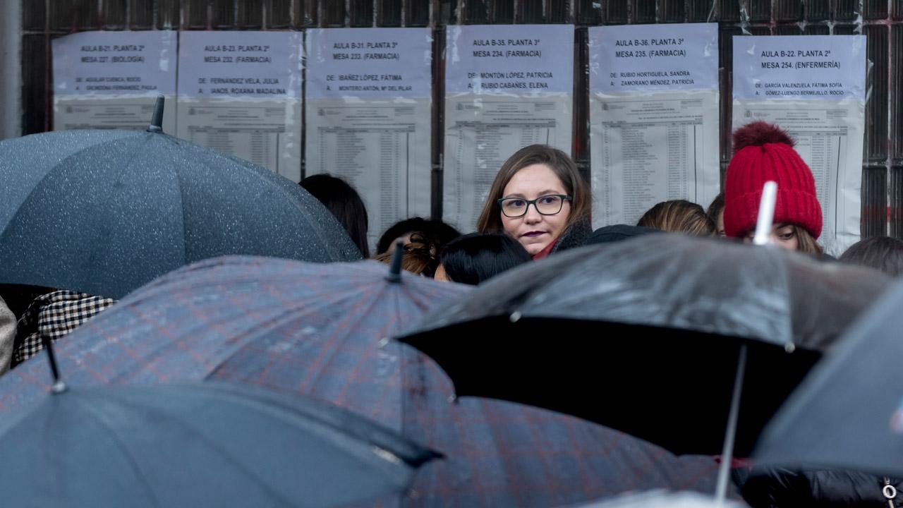 Aspirantes, a las puertas de la Facultad de Geografía e Historia de la Universidad Complutense de Madrid, a la espera de acceder al examen.
